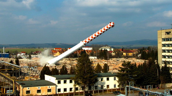 V Senici padol 104 metrov vysoký komín na jeho mieste budú obchody a byty - Záhorí.sk - správy