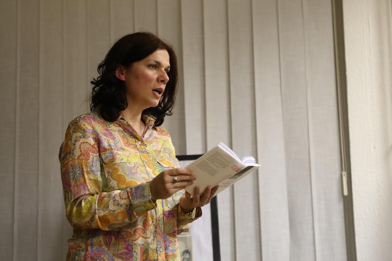 Autorka Denisa Fulmeková číta zo svojej knihy, Foto: Stanislav Osuský
