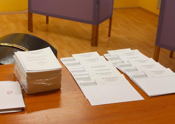 volby-vuc-2-kolo-nizka-ucast-hlasovaci-listok-urna