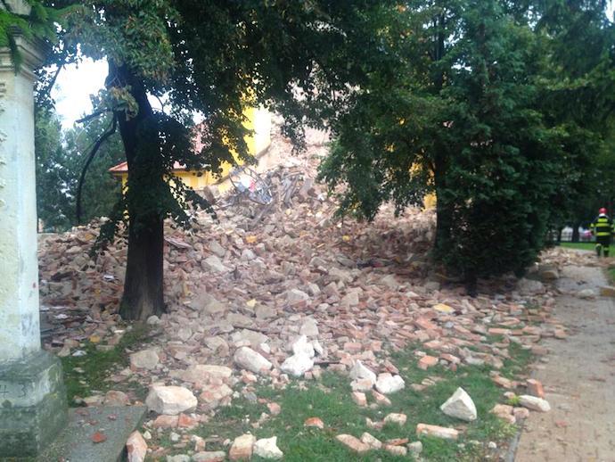 Pád kostolnej veže Láb. Foto: Dušan Knotek