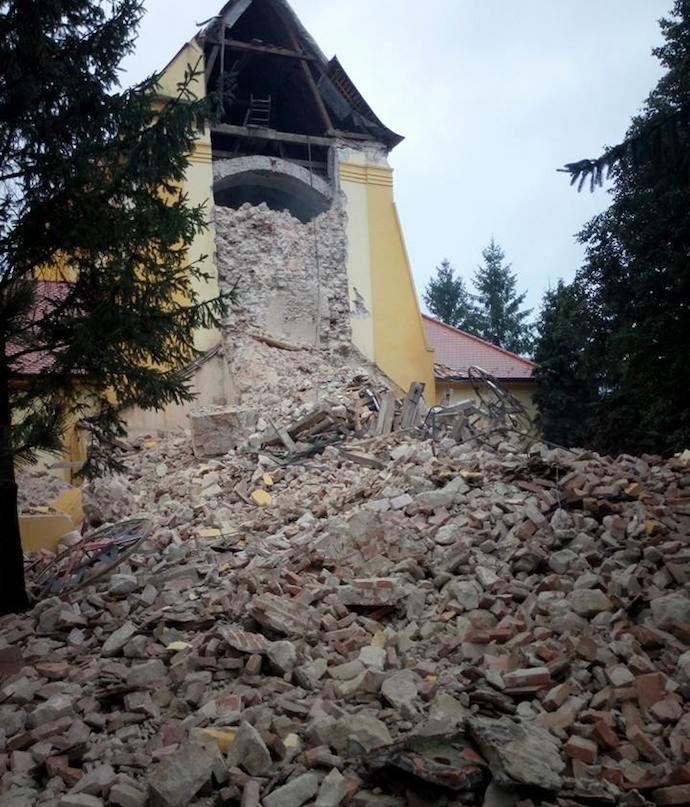 Zrútenie kostolnej veže v Lábe. Foto: Stanislav Junás