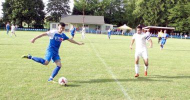 Foto zo zápasu Prietrž - Košariská. V súboji domáci Ondrej Ilčík s kapitánom hostí Štefanom Konrádom.