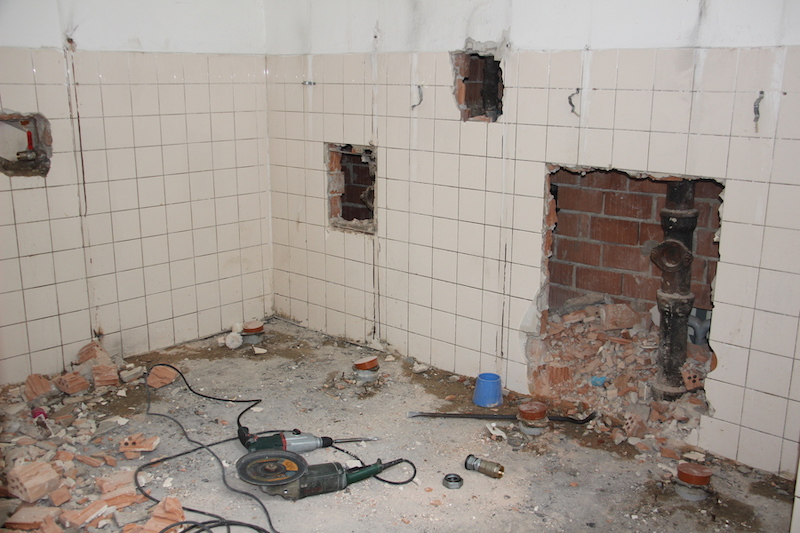Sprvým prázdninovým dňom sa začala rozsiahla rekonštrukcia toaliet vZŠ na Záhoráckej.