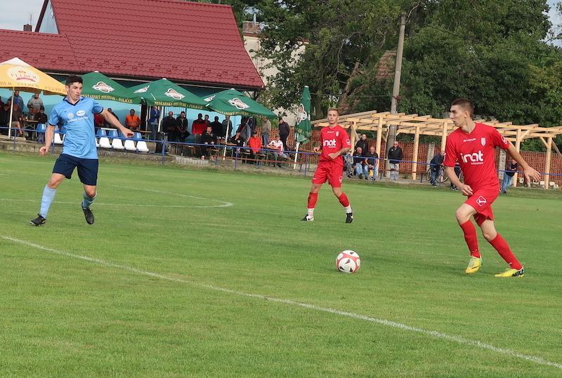 Zo zápasu Unín – Sekule 2:2. Na foto domáci Ferdinand Buček a nováčikovia v drese Sekúl Patrik Stanek a Andrej Kafka