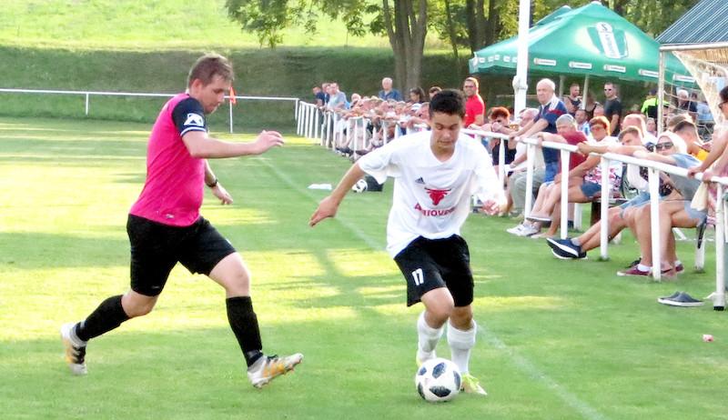 Zo zápasu Rybky - Dubovce 2:0. S loptou strelec obidvoch gólov Peter Černek, brániť sa mu snaží Ondrej Rybnikár.