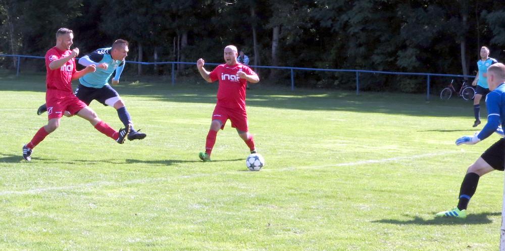Foto zo zápasu Kunov - Sekule: Rado Burian dáva gól na 2:1.