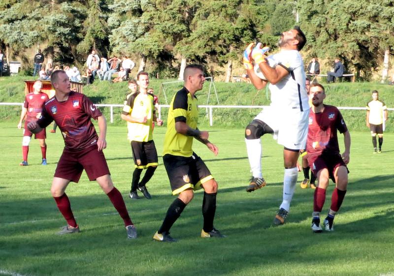 Foto zo zápasu Sobotište - Oreské: Brankár Petráš zachraňuje pred Pavlačkom (vľavo) a Královičom.