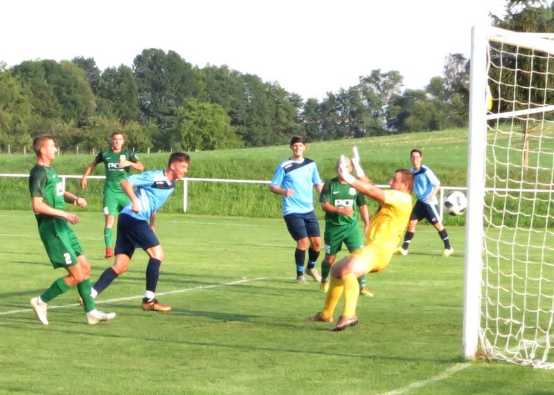 Zo zápasu Rybky - Láb. Po najkrajšej akcii zápasu dáva hlavou gól na 4:0 Kristian Ravas.